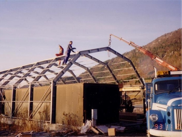 The first GS Bildeler warehouse being built in Bud by two men in 1994.