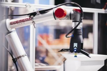 Robot arm at AutoStore carousel port.